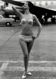 1960-ban már nem volt gáz köldökvillantós bikinit hordani / You're not crossing rules if you're wearing an out bellybuttoned bikini in 1960