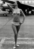 1960-ban már nem volt gáz köldökvillantós bikinit hordani / You're not crossing rules if you're wearing an out bellybuttoned bikini in 1960