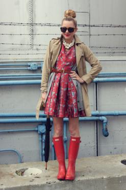 Trench coat+Hunter boots+sweet dress is all you need! / Esőben is stílusosan... Ballonkabát nagyszerű ezzel az aranyos ruhával!