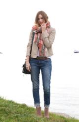The scarf gives coulour to this outfit / A sál itt is érdekessé teszi az összeállítást.